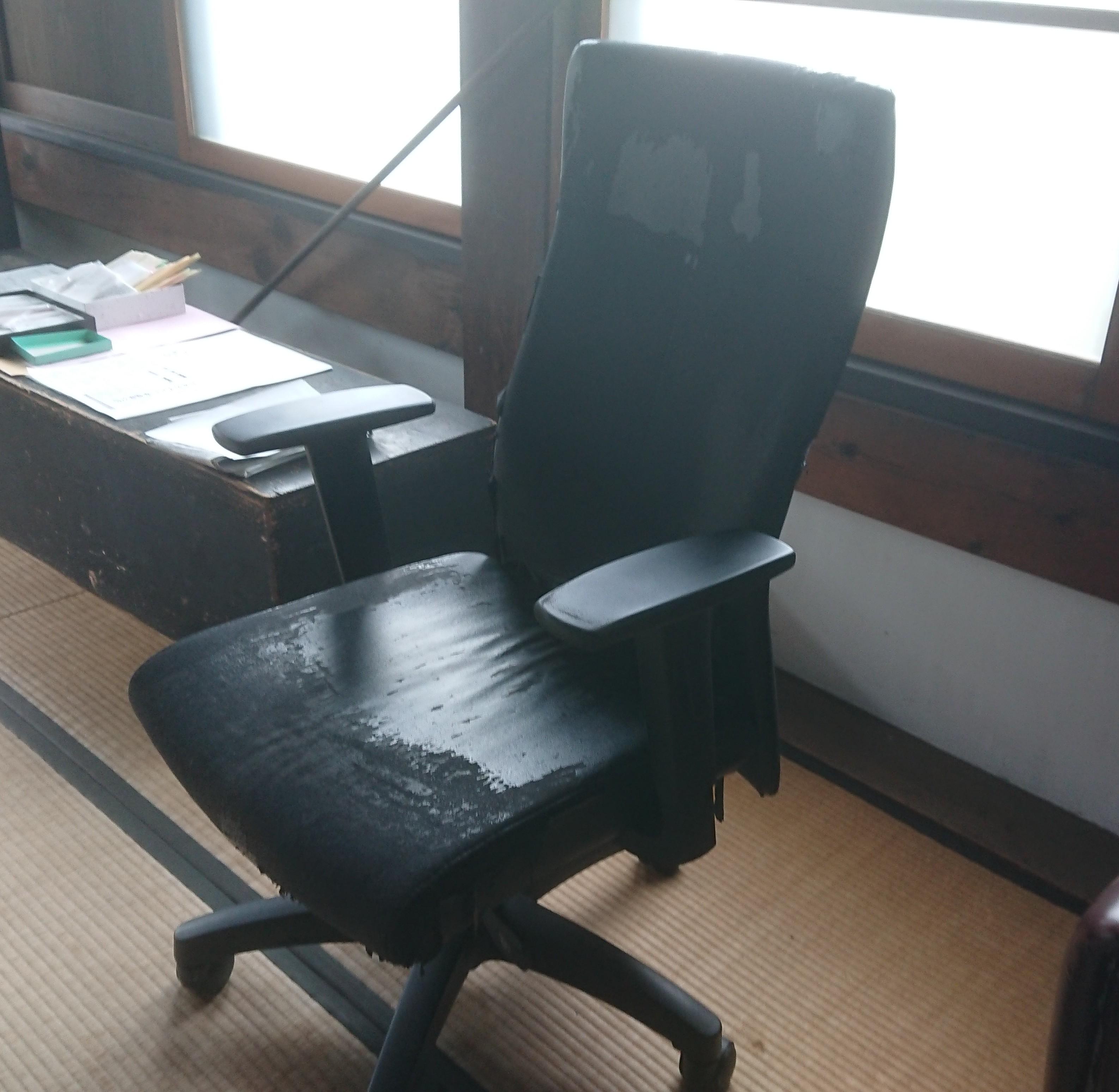 座面が傷んだ事務椅子